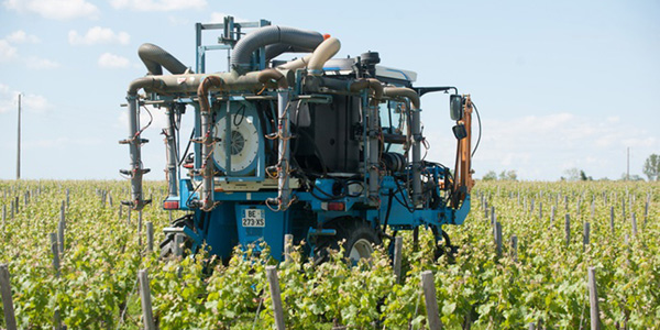 Tracteur-epandage-pesticide image