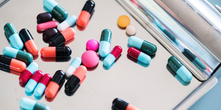 Enseigner la pharmacologie sociale pour une meilleure pharmacovigilance